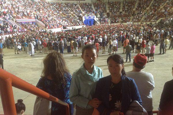 法輪功學員遲麗華和女兒徐鑫洋在川普集會現場,請求川普總統幫助停止迫害法輪功。遲麗華的丈夫徐大為因為複印法輪功真相資料被瀋陽東陵監獄迫害致死,年僅34歲。(莉雅/大紀元)