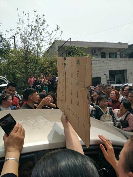 4月7日,是四川泸州太伏中学生死亡第七天,上千名民众聚集在校门口前讨公道。(当地民众提供)