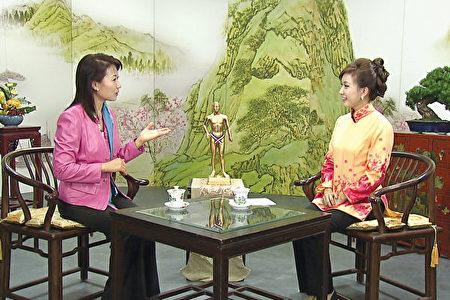 黄锦君医师。(左一)(新唐人电视提供)