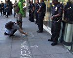 洛杉矶警察委员会周二(18日)投票决定,要求警员尽可能尝试在开枪之前缓和紧张的局面,这一政策转变标志着委员会遏制警察枪击的企图。图为2015年3月4日在洛杉矶市警局前,几十名抗议者质疑四名洛杉矶警察枪杀黑人流浪汉。(李姗/大纪元)