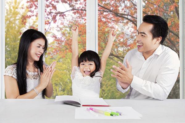 與孩子通過提問互動,不僅互相取樂,還能了解孩子的思維方式,站在孩子角度智慧地處理育兒的問題。(fotolia)