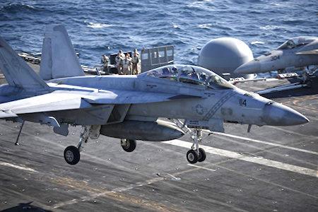 图为一架美国海军F/A-18超级大黄蜂战斗机在航空母舰罗纳德·里根号的甲板上降落。(Kim Hong-Ji/AFP)