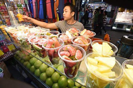 台湾夜市一处现打果汁摊。(SAM YEH/Getty Images)