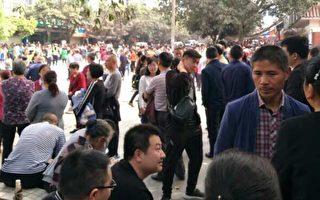 4月7日,是四川瀘州太伏中學生死亡第七天,上千名民眾聚集在校門口前討公道。(當地民眾提供)