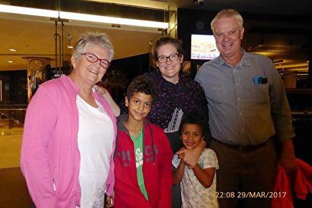 驱车八小时 祖孙五口观神韵。Margaret(左一)、Louie(左二)、Suzie(后排女士)和Gary(右一)观看神韵。(纪芸/大纪元)