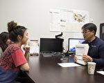 大学申请教育辅导机构Elite共同拥有人、南加州地区总管Henry Kim在圣地亚哥Carmel Valley的分部与高中生俞卓宁及其母亲交谈。(杨婕/大纪元)