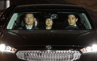 31日,朴槿惠(後中)坐在開往首爾拘留所的車後座。(CHUNG SUNG-JUN/AFP)