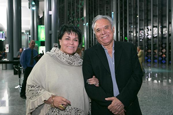 IT公司老板Roberto Zatarain和太太非常喜欢神韵。(李莎/大纪元)