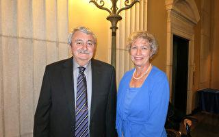 San Bernardino Valley College大学的教授John Roberts和太太Diane Roberts观看了4月1日晚神韵国际艺术团在克莱蒙特布利奇礼堂(Bridges Auditorium)的演出。(李旭生/大纪元)