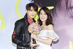 """""""王子""""邱胜翊(左)举办音乐会,与粉欢度28岁生日。图右为小薰献花祝福。(华研提供)"""