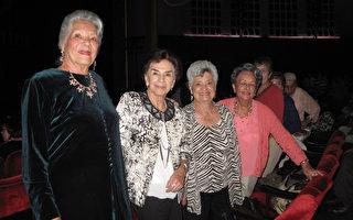 Reima Burgess與老年俱樂部的同伴共七人一同組團欣賞神韻。(劉菲/大紀元)