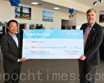 菲利蒙斯巴鲁车行(Premier Subaru of Fremont)总经理陈俊雄(左)向湾区非营利机构Abode Services的执行董事路易斯(右)赠送了一张3万2,348美元的支票,帮助解决湾区无家可归者的住房问题。(李霖昭/大纪元)
