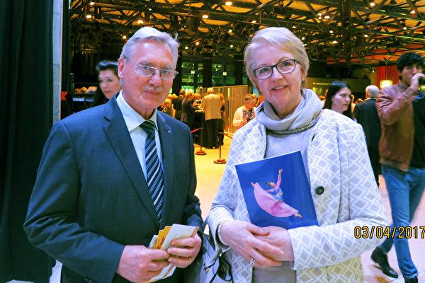 墨卡托瑞士基金会副主席Albert Kesseli先生偕妻子Renate Kesseli观赏了美国神韵世界艺术团于2017年4月3日在瑞士温特图尔的演出。 (余平/大纪元)