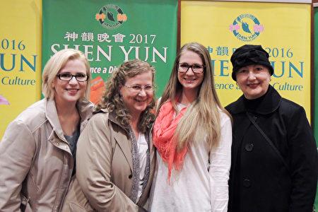 2017年4月4日,公司項目經理Linda Read女士(右一)和她的高中同學Sherrie Herman(左二)及Herman女士的兩個女兒在美國波特蘭凱勒劇院(Keller Auditorium)觀看神韻北美藝術團的演出。(文遠/大紀元)
