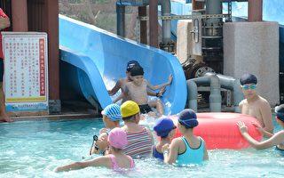 親水公園戲水池還有充足的救生員(右)時時刻刻維護戲水安全。(嘉義林管處提供)