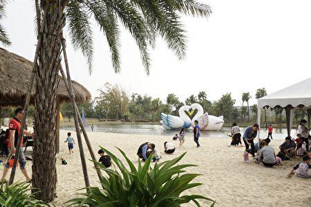 峇里岛南洋风沙滩,可以任由来客恣意奔跑或玩耍,筑沙雕等(李芳如/大纪元)