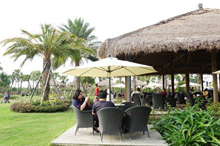 (户外自然环境的营造,让游客来到这里有真真切切感受到南洋风味,享受到峇里岛度假的氛围。李芳如/大纪元)