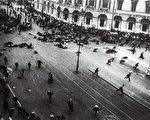 苏联七月危机中的场景,军队向街头抗议者开枪。(维基百科公有领域)