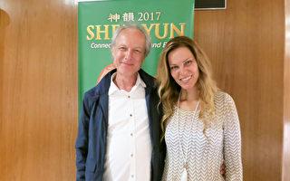 好萊塢音樂人Wolfang Amadeus Aichholz(左)與朋友Jane Gehr 4月5日晚觀賞了橙縣表演藝術中心的神韻演出。(任一鳴/大紀元)