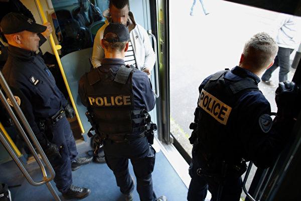 赴巴黎觀光留意  警察獲授權搜乘客行李