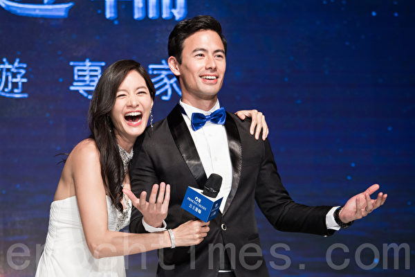 藝人Janet(謝怡芬)(左)與丈夫George(右)結婚兩年,4月6日甜蜜同台出席代言。(陳柏州/大紀元)