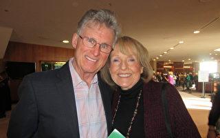 Patrick Thompson先生与太太Geri Thompson观看了4月6日下午神韵国际艺术团在南加州橙县艺术中心的第二场演出。(李清怡/大纪元)