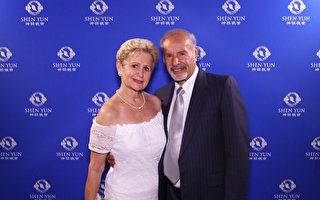 舞蹈家Carol Arvizo与先生4月6日下午观赏了神韵在南加州柯斯塔梅莎的演出,盛赞满足了她对舞蹈的最顶级的期望(新唐人电视台)