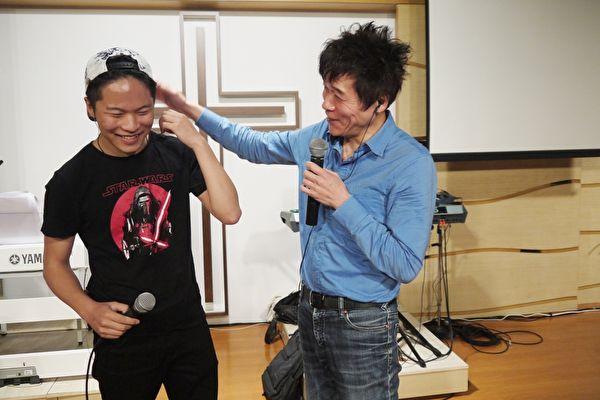 洪榮宏(右)為五月份的演唱會進行排練,這次他讓自己的長子洪亮(左)擔任嘉賓鼓手外,還將合唱一曲《阿爸》。(寬宏藝術提供)