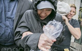4月6日下午2時左右,李凡妮在律師們的簇擁下快速閃避記者,上車離去。(曹景哲/大紀元)