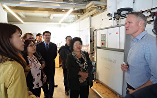 高雄市長陳菊(中)正在德國參訪,在Mint公司取經循環經濟與綠能發展經驗。(高雄市政府提供)