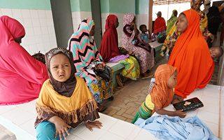奈及利亚爆发脑膜炎,已造成336幼儿身亡。图为4月6日,阿加德兹,奈及利亚母亲与她们的孩子在药房外等待治疗。(ISSOUF SANOGO/AFP/Getty Images)