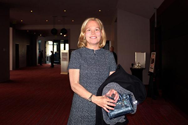 2017年4月8日下午,太平洋大陆银行高级副总裁Kristina Simpson观看了神韵北美艺术团在美国西雅图马里恩奥利弗麦考剧院的第二场演出。(陈怡然/大纪元)