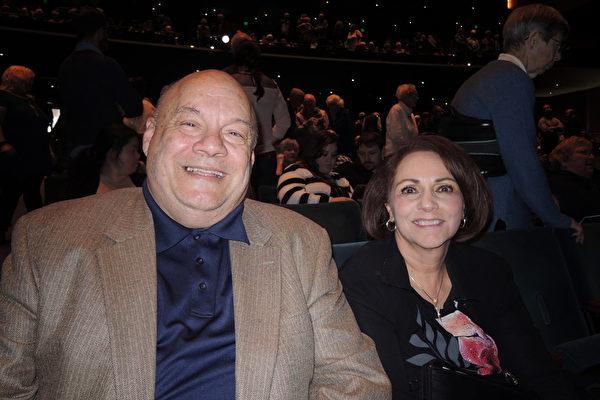 2017年4月8日下午2点,投资经理Patrick Sizemore先生偕太太Nancy Sizemore女士在美国西雅图马里恩奥利弗麦考剧院观看了神韵北美艺术团在这里的第二场演出。Sizemore夫妇看完演出后赞扬神韵非常棒,使人们重新了解中国文化和中国人。(文远/大纪元)