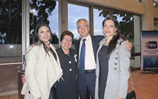 Angela Gómez(右一)一家人於4月8日晚在哥倫比亞波哥大的聖多明哥大劇院觀看神韻演出。(林南宇/大紀元)