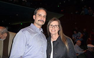 Jim Gibson携太太Valerie Gibson有幸观看了神韵北美艺术团在西雅图的第二场演出。(舜华/大纪元)