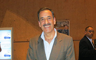 4月8日晚,退役军官Camilo Maldonado观看了神韵巡回艺术团在哥伦比亚波哥大的圣多明哥大剧院的演出。(林南宇/大纪元)