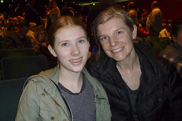 Lisa Harrison和女儿Samantha Harrison一起观看了神韵北美艺术团在西雅图的第三场演出。(舜华/大纪元)