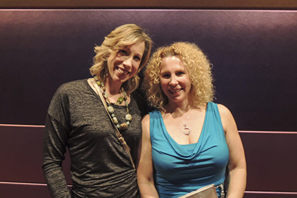 2017年4月8日晚7时半,西雅图马里恩奥利弗麦考剧院上演了当日的第二场神韵演出。神韵北美艺术团的精湛演技让Diedrich姐妹赞叹不已。Christine Diedrich(左)说神韵演出是中国文化的优美展示,是生命的庆典。中国传统文化如此博大,她描述了我们是谁,她是我们的遗产。Heather Diedrich(右)则在整场演出中流泪不止,她表示神韵演员们太训练有素了,他们花了那麽多时闲来使他们的作品完美,而这些是为了我们,非常感谢神韵所做的一切。两人都激动地说一定会再来看神韵。(文远/大纪元)