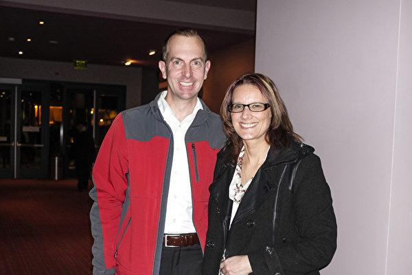 2017年4月8日晚, IBM公司项目经理Steven Harrington同好友Holly Rohwar一起观看了神韵北美艺术团在美国西雅图马里恩奥利弗麦考剧院的第三场演出。(陈怡然/大纪元)