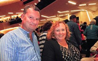 商業發展顧問Blair Wilkinson(左)與同伴Susan Brooke(右)一起觀賞神韻,體驗了從未有過的奇妙感受。(李捫心/大紀元)