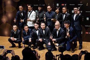 在4月9日举行的第36届香港金像奖颁奖典礼上,由新晋导演欧文杰、黄伟杰、许学文执导的《树大招风》成最大赢家,夺得最佳电影、最佳男主角、最佳导演、最佳剪接和最佳编剧五项大奖。 (ANTHONY WALLACE/AFP/Getty Images)