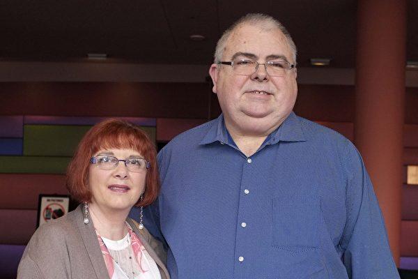 2017年4月9日下午,退休的信息技术部门经理David Brown携太太一起观看了神韵北美艺术团在美国西雅图马里恩奥利弗麦考剧院的第四场演出。(陈怡然/大纪元)
