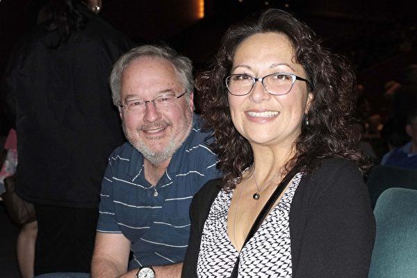 2017年4月9日下午,注册测量师Tammy Ramaley和先生Mark Ramaley一起观看了神韵北美艺术团在美国西雅图马里恩奥利弗麦考剧院的第四场演出。(陈怡然/大纪元)
