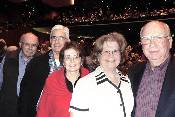 2017年4月9日下午1时,神韵北美艺术团在美国西雅图马里恩奥利弗麦考剧院上演了又一场精彩表演。这场一票难求的艺术盛事吸引了众多主流人士前往观看,其中包括首席工程师Bill Carson先生(右四)、作家Darcy Carson太太(右三)、前公司总裁、董事会主席Jerry Williams先生(右一)、特别教育教师Judy Williams太太(右二)、和退休前曾是公司副总裁的Jim Jenkins先生(左一)。他们都表示非常喜欢神韵。(文远/大纪元)