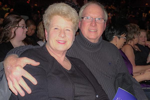 2017年4月9日晚上,已退休的软件公司副总裁Ernie Jones陪太太一同观看了神韵北美艺术团在美国西雅图马里恩奥利弗麦考剧院的最后一场演出。(陈怡然/大纪元)