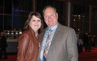 2017年4月9日晚上,Wayne Rankin先生和太太Kristy Rankin一同观看了神韵北美艺术团在美国西雅图马里恩奥利弗麦考剧院的最后一场演出。(陈怡然/大纪元)