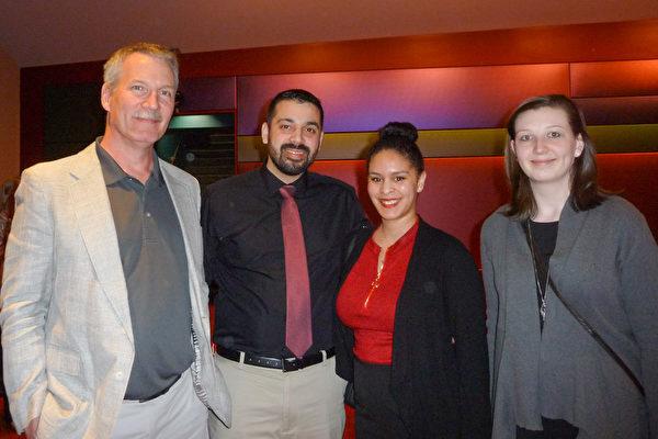 4月9日Margaret Barnstien和父亲Peter Barnstien、朋友Jannel Baure和Gabriel Martinez一起观赏了神韵北美艺术团在西雅图的马里恩奥利弗麦考剧院的最后一场演出。(舜华/大纪元)