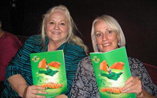 """医疗保健行业营销总监Shelley Hoover女士(左)与姐姐Terri Lynch观看神韵晚会后赞赏说: """"演出展现了中国悠久的历史长河中的精彩故事""""。(林贞/大纪元)"""