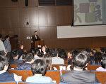 南加州台湾生技协会4月8日至9日举办第一届南加台湾生技论坛。图为年轻创业家、Onyx共创人John Chuang演讲创业经验。(杨婕/大纪元)
