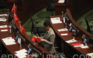 郑松泰议员在2016年10月19日立法会会议上倒插国旗和区旗。(孙青天/大纪元)